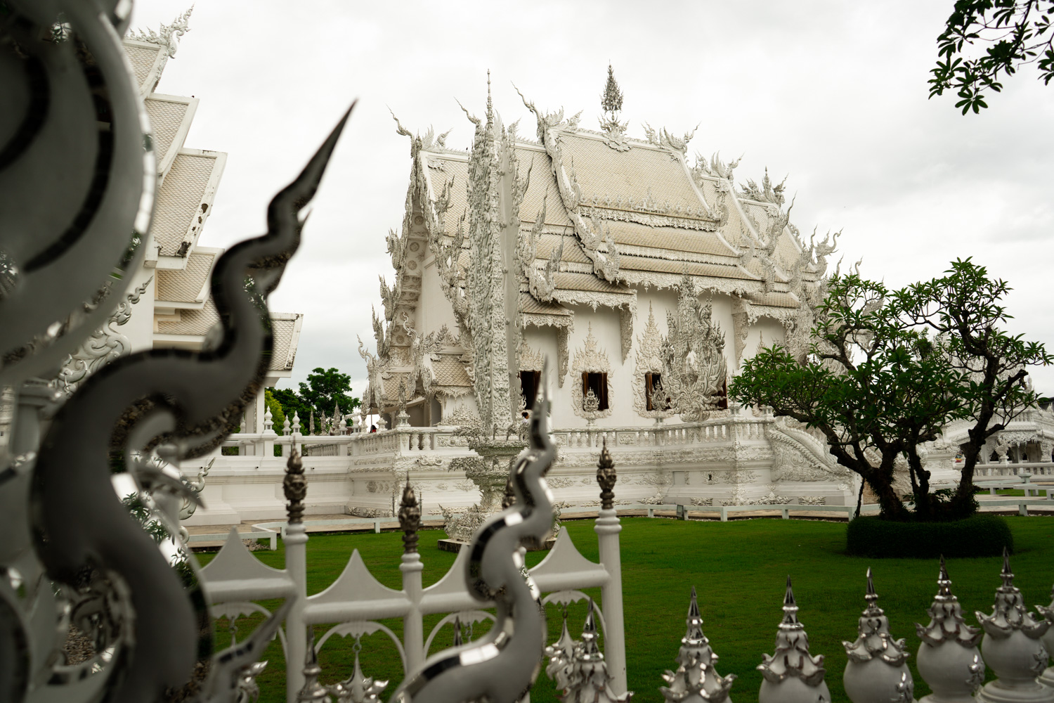 white-temple-chiang-rai-daytrip